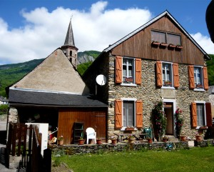 La maison du Rabada, coté jardin avec en second plan le clocher de l'église de Sentein