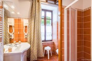 salle de bain de la chambre fleurie